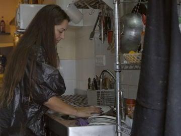 Marina y Desiré lavan platos a cambio de un desayuno
