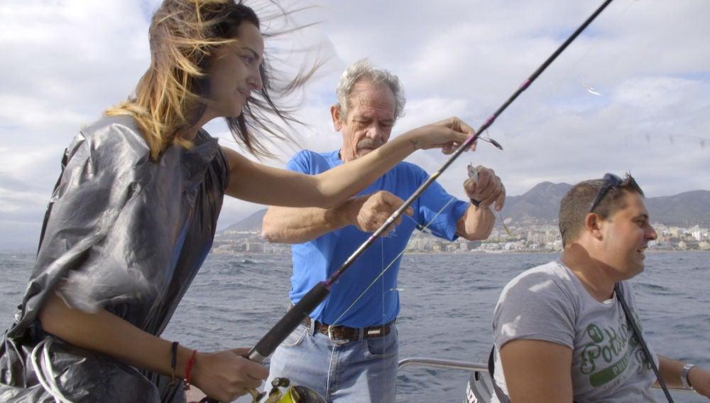 Desiré y Marina aprenden a pescar para tener algo que comer