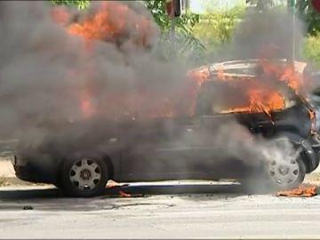 Un padre rescata a su hija de dos años cuando su coche empezó a arder