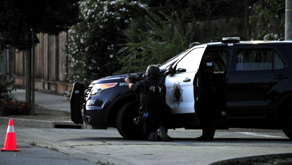 Un policía durante un tiroteo en California (EEUU)