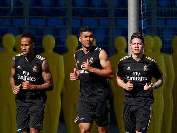 James, Casemiro y Militao durante el entrenamiento del Real Madrid
