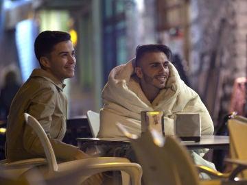 Juanjo, Raquel y Sergio les enseñan a sus amigos cómo es su nuevo estilo de vida