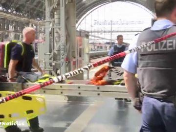 Un niño de ocho años muere tras ser empujado a las vías y atropellado por un tren en Alemanía