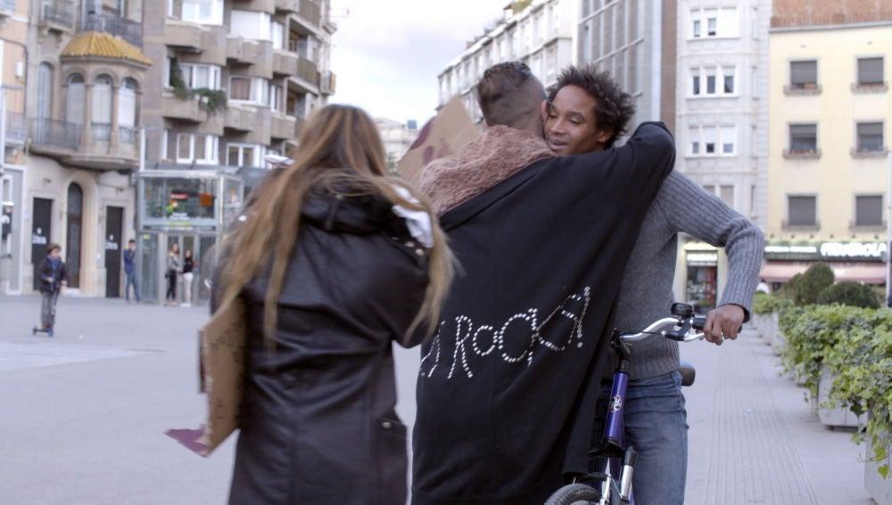 Dani y Lidia reparten abrazos por la calle para coger el tren