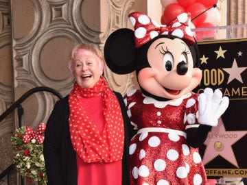 Russi Taylor junto a Minnie Mouse