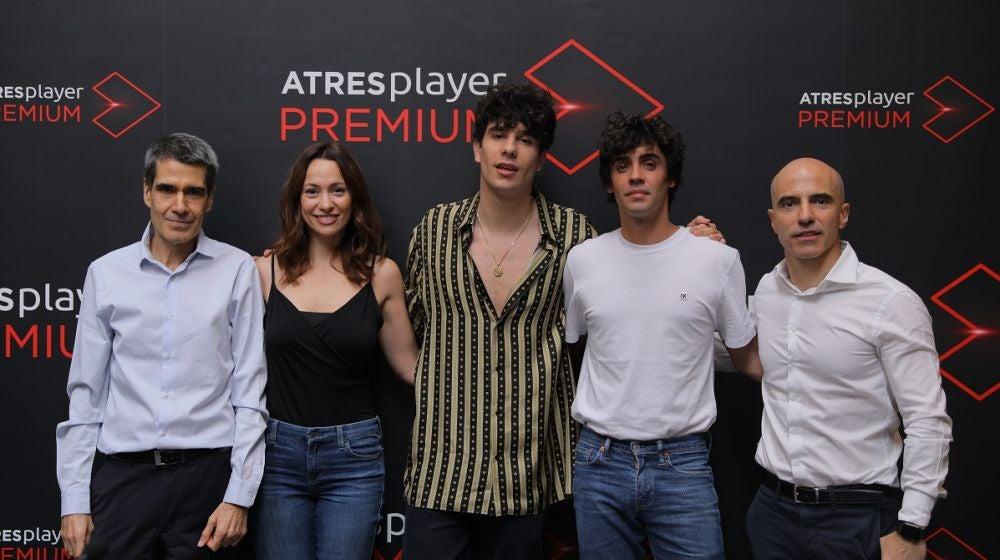 Carlos Fernández, Natalia Verbeke, Javier Calvo, Javier Ambrossi y José Antonio Antón en la rueda de prensa