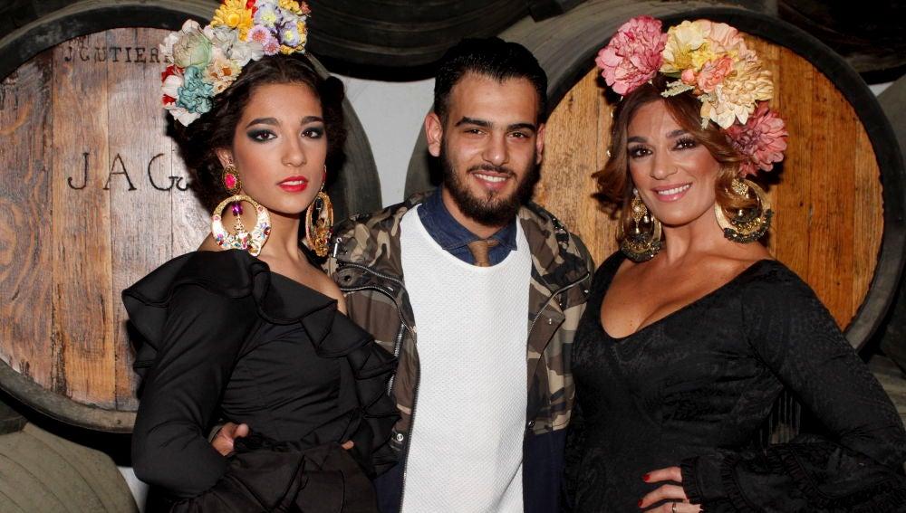Raquel Bollo junto a sus hijos, Alma y Manuel Cortés
