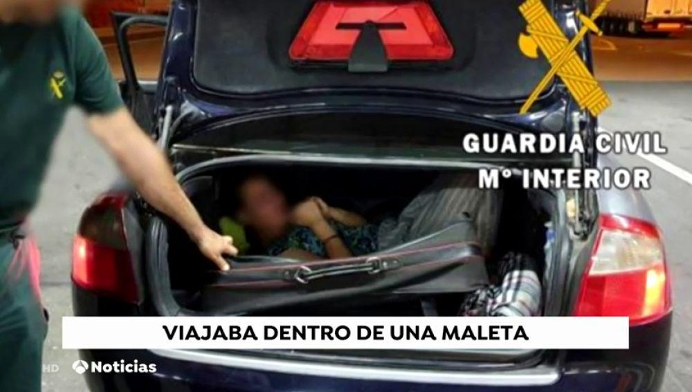 Hallan a una mujer deshidratada dentro de una maleta en el puerto de Almería
