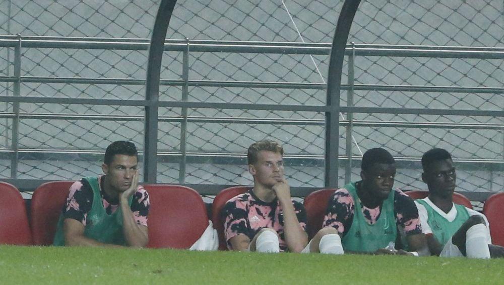 Cristiano Ronaldo junto a sus compañeros en el banquillo durante el partido en Corea