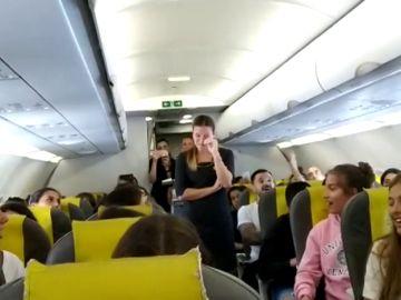 La emocionante despedida a una azafata en pleno vuelo en su último día de trabajo