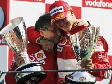 Todt y Schumacher se abrazan después de una carrera