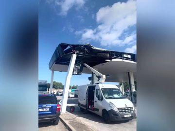 Un camión se empotra en una gasolinera de Barcelona