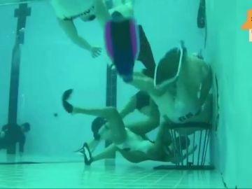 Así es el rugby subacuático: intensidad, contacto y compañerismo bajo el agua