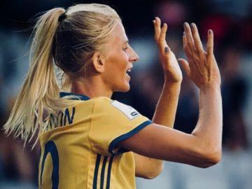 Jakobsson disputa un partido con Suecia
