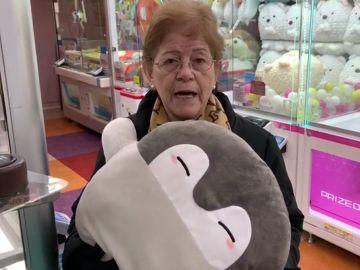 Paquita dispuesta a conseguir un regalo para su nieta en los recreativos