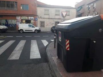 CONTENEDOR BASURA MAL COLOCADO EN PASO DE CEBRA
