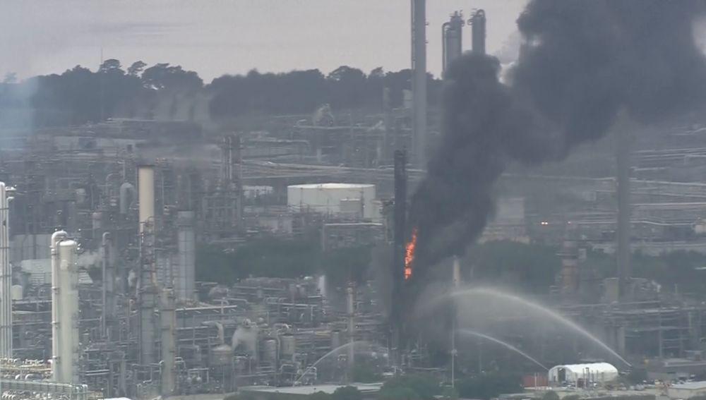 Incendio en Texas: arde una petroquímica