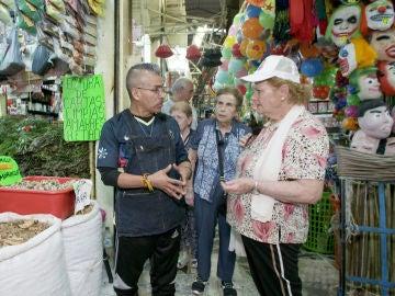 María Luisa se atreve a probar una llamativa limpia espiritual en el mercado de Sonora