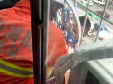 Un niño de seis años se queda atrapado entre los barrotes de un edificio de China