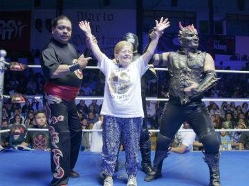 Paquita triunfa sobre el ring durante un espectáculo de lucha libre