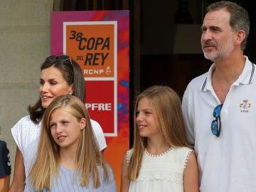Los reyes Felipe VI y Letizia junto a sus hijas