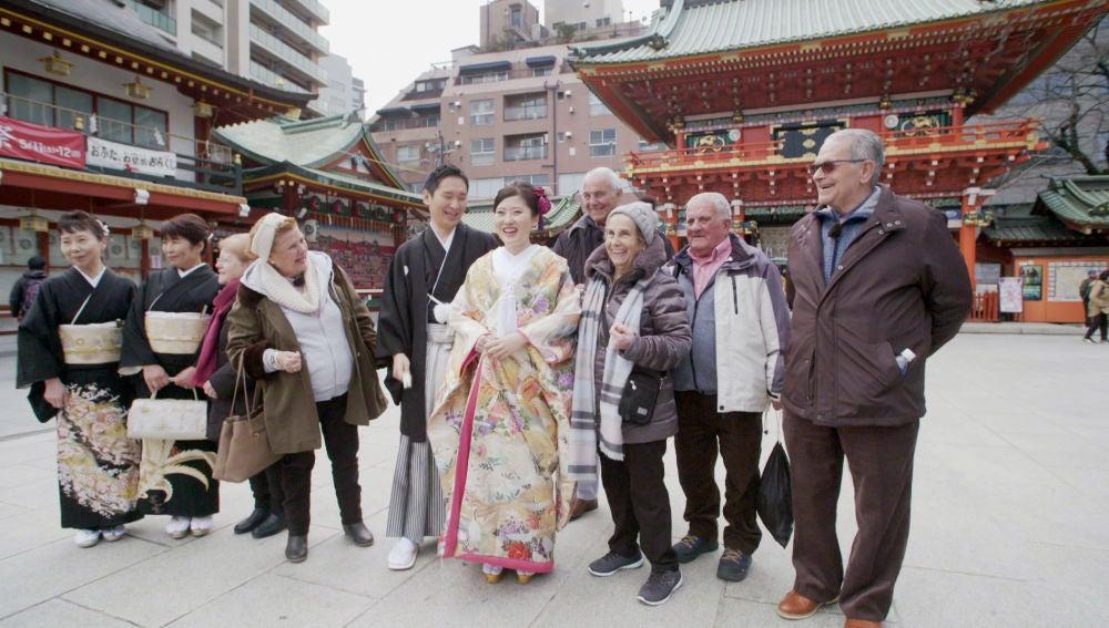 Una boda tradicional sorprende a los viajeros durante su visita a un templo en Tokio