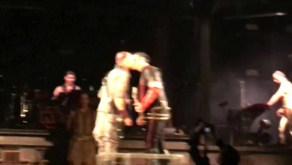 Los guitarristas de Rammstein se besan en un concierto en Rusia como protesta a las leyes de Putin sobre el LGTBI