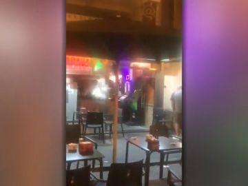 Pánico en una cafetería de A Coruña: un hombre se atrinchera con un cuchillo