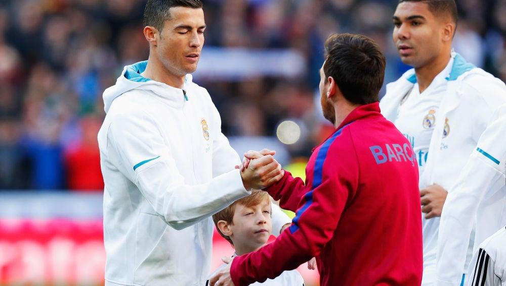 Cristiano Ronaldo y Messi durante un clásico