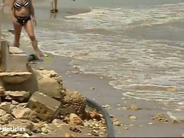 El fuerte temporal destroza la playa de les Deveses de Dénia