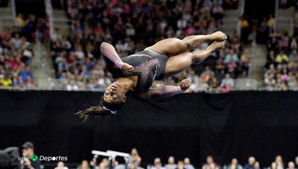 """Simone Biles deja con la boca abierta al mundo de la gimnasia: """"Va sobradísima... le da tiempo a mirar el suelo y a caer tranquilamente"""""""