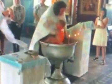 Un bebé sufre rasguños tras ser bautizado de forma violenta por un sacerdote en Rusia