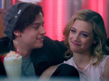 Cole Sprouse y Lili Reinhart en 'Riverdale'