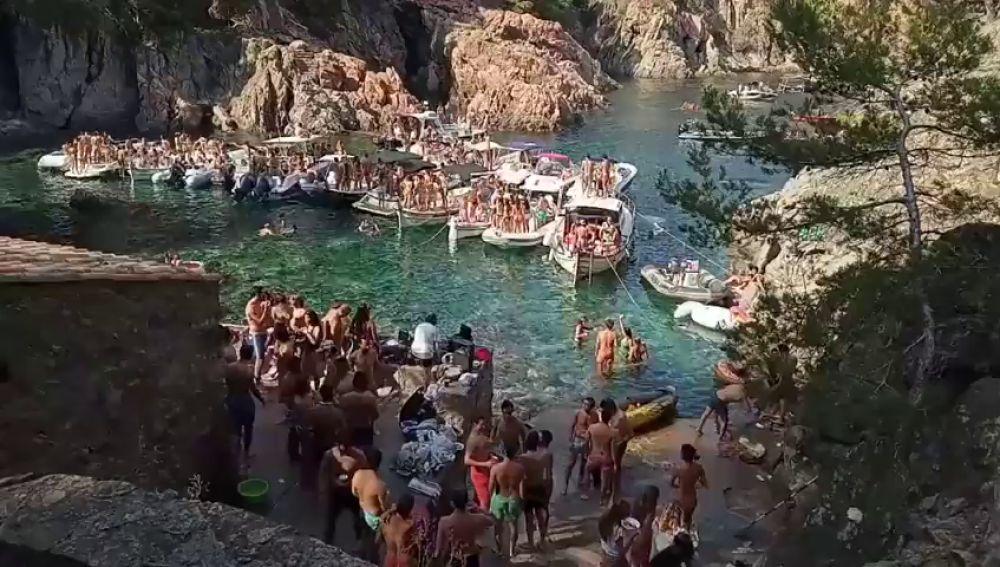 Decenas de jóvenes y varias embarcaciones celebran un 'macrobotellón' en una cala de Calella de Palafrugell