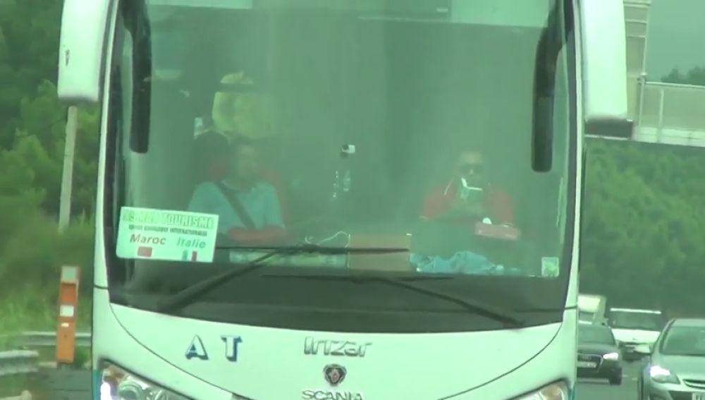 Graban a un conductor leyendo mientras circula por una autopista francesa