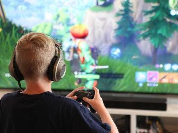 Un niño juega a Fortnite, un juego que requiere concentración y estrategia.