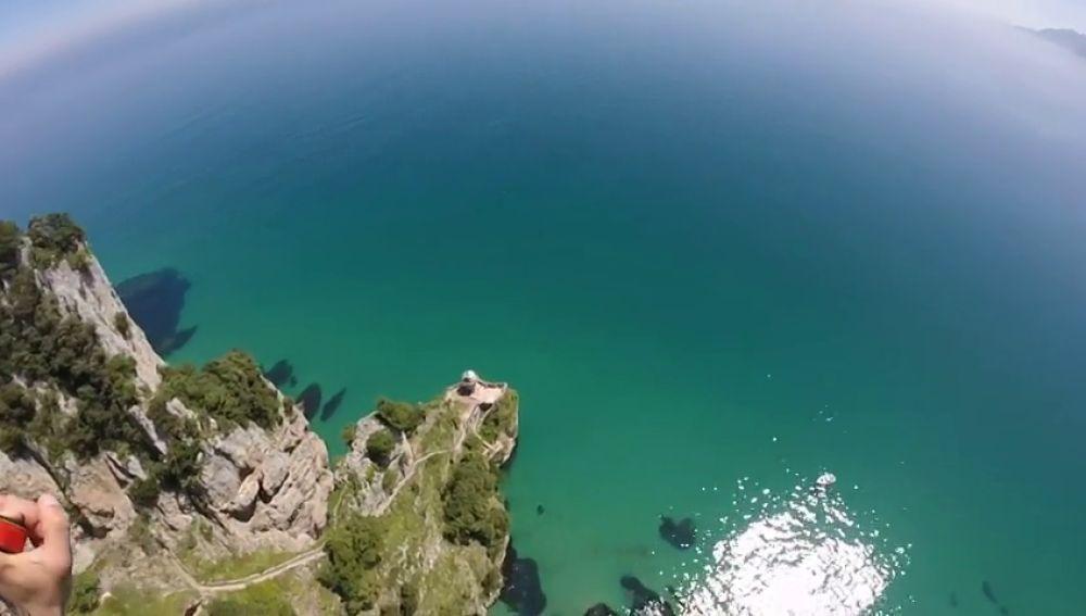 Las increíbles vistas del Faro del Caballo grabadas en pleno vuelo en paracaídas