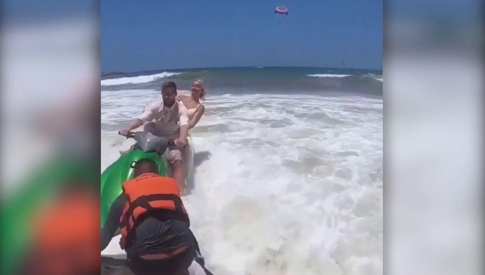 Novia se cae de una moto acuática