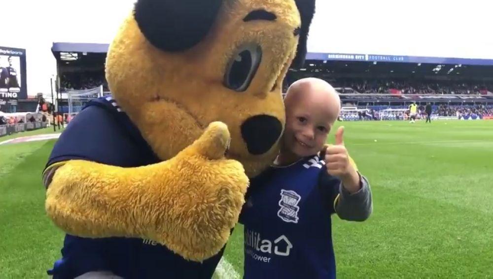El emotivo homenaje del Birmingham City a un pequeño de 6 años superviviente de un tumor cerebral