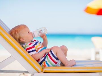 Bebé bebiendo agua