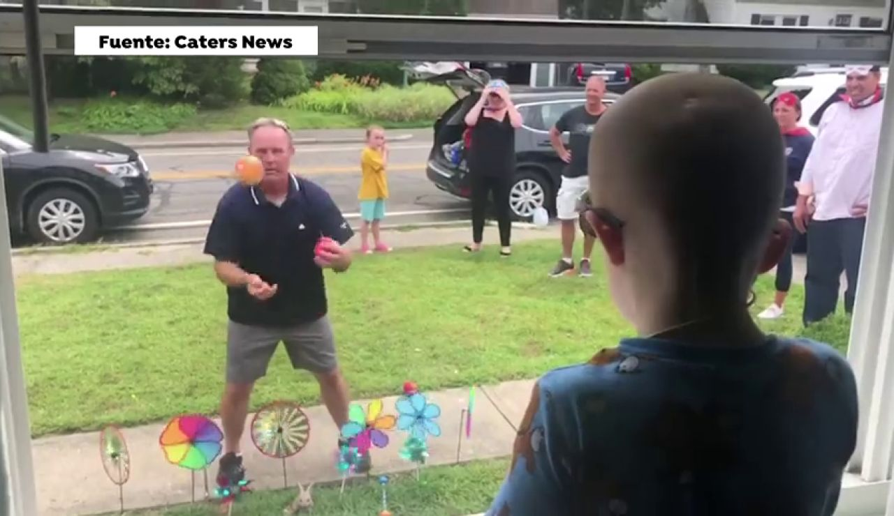 Una comunidad de vecinos se vuelca para animar a un niño de tres años con cáncer que no puede salir a la calle