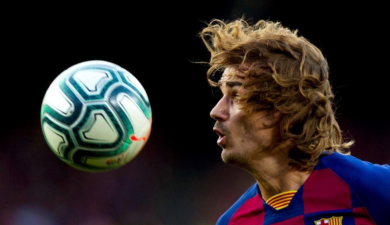 Griezmann mira fijamente al balón