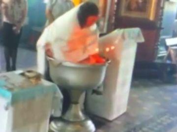 La Iglesia suspende al sacerdote que ofició el violento bautizo que ha dado la vuelta al mundo