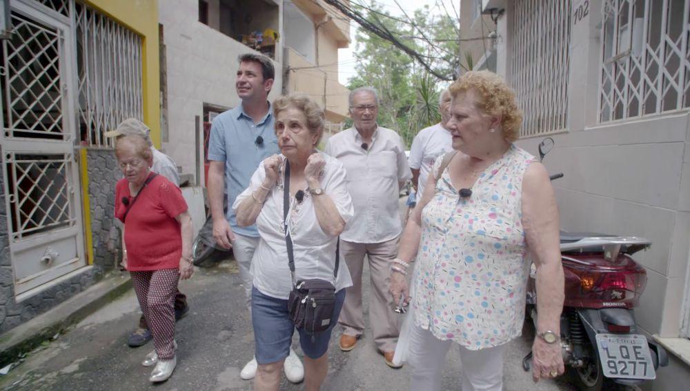 María Luisa, emocionada al comprobar que los niños son felices pese a la precariedad en una favela de Río de Janeiro