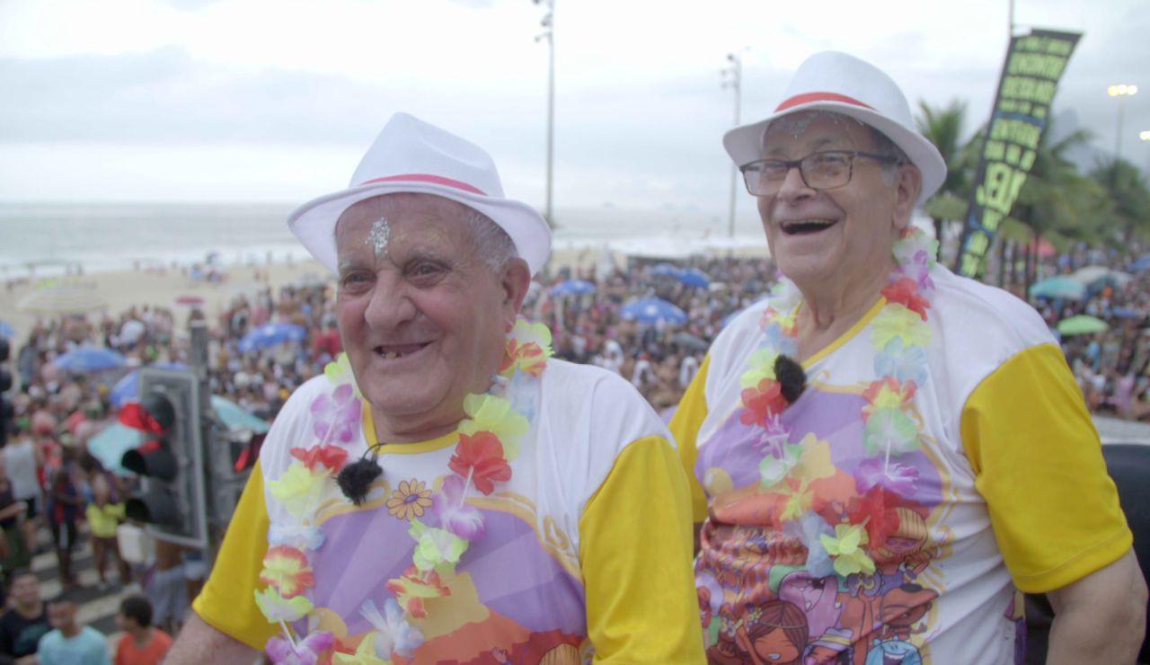 Los viajeros viven a sus 80 la fiesta de sus vidas en el Carnaval de Río de Janeiro