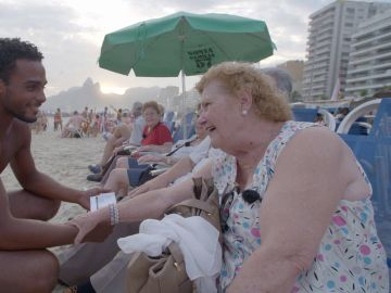 La sorpresa de María con un guapo camarero en la playa de Ipanema al piropearle… pero descubrir que es gay