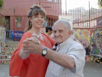 Un chapuzón en el Pacífico, una clase de tango y un concierto de Raphael, así ha sido la experiencia de los viajeros de 'Por el mundo a los 80' en Chile