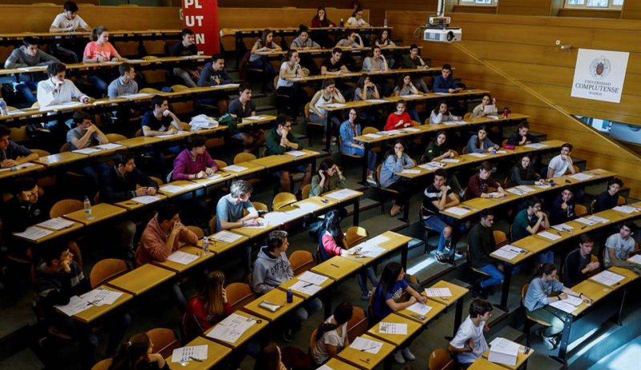 Estudiantes realizando las pruebas de acceso a la universidad