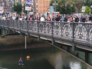 Una de las feministas colgadas del puente