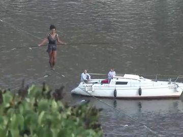 Una funambulista cruza el río Moldava a 35 metros de altura sin arnés